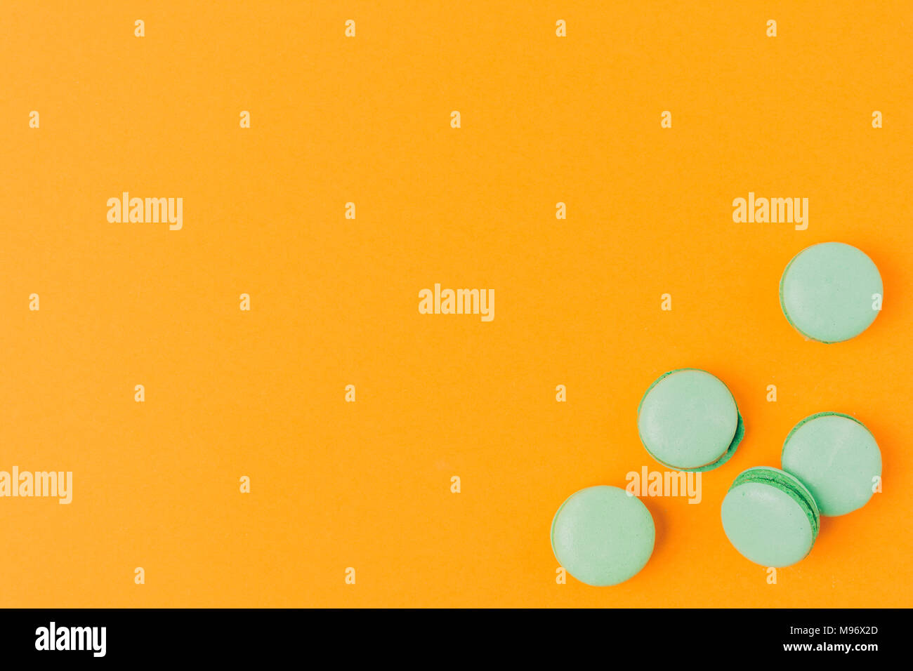 Blick von oben auf die MACARONS isoliert auf Orange Stockbild
