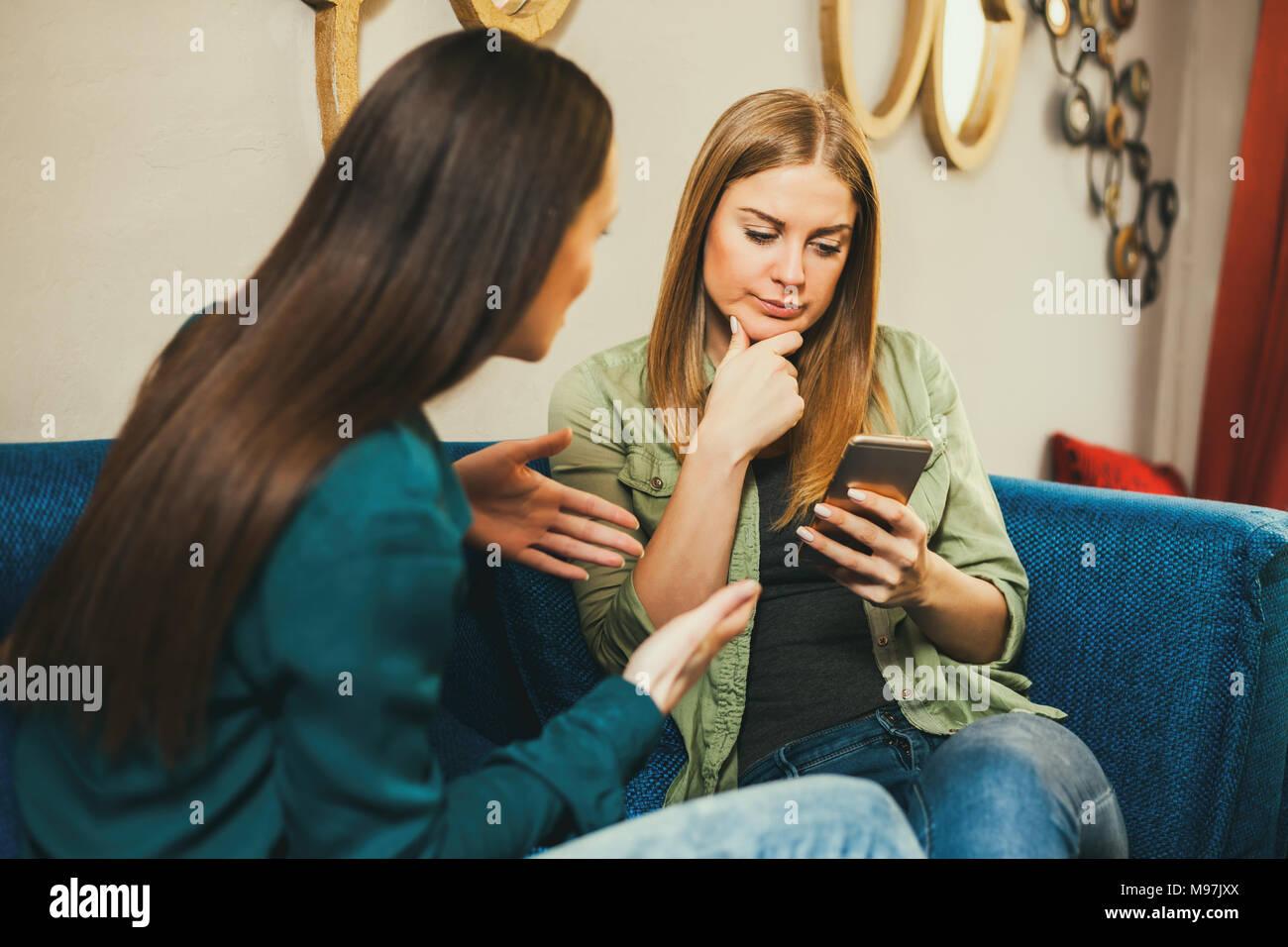 Zwei Frauen sitzen im Cafe und Reden. Stockfoto