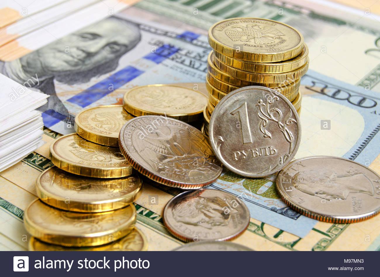 Münzen Verschiedener Länder Auf Dollarscheine Stockfoto Bild