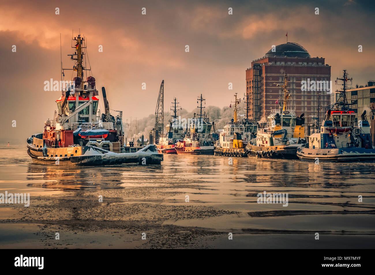 Deutschland, Hamburg, Elbe, Övelgönne, Museumshafen, Seniorenwohnanlage, Augustinum, Schlepper, Winter, Neumühlen Stockbild