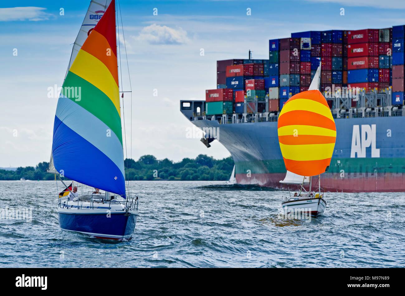 Deutschland, Hamburg, Elbe, Containerschiff, Segelboot Stockbild