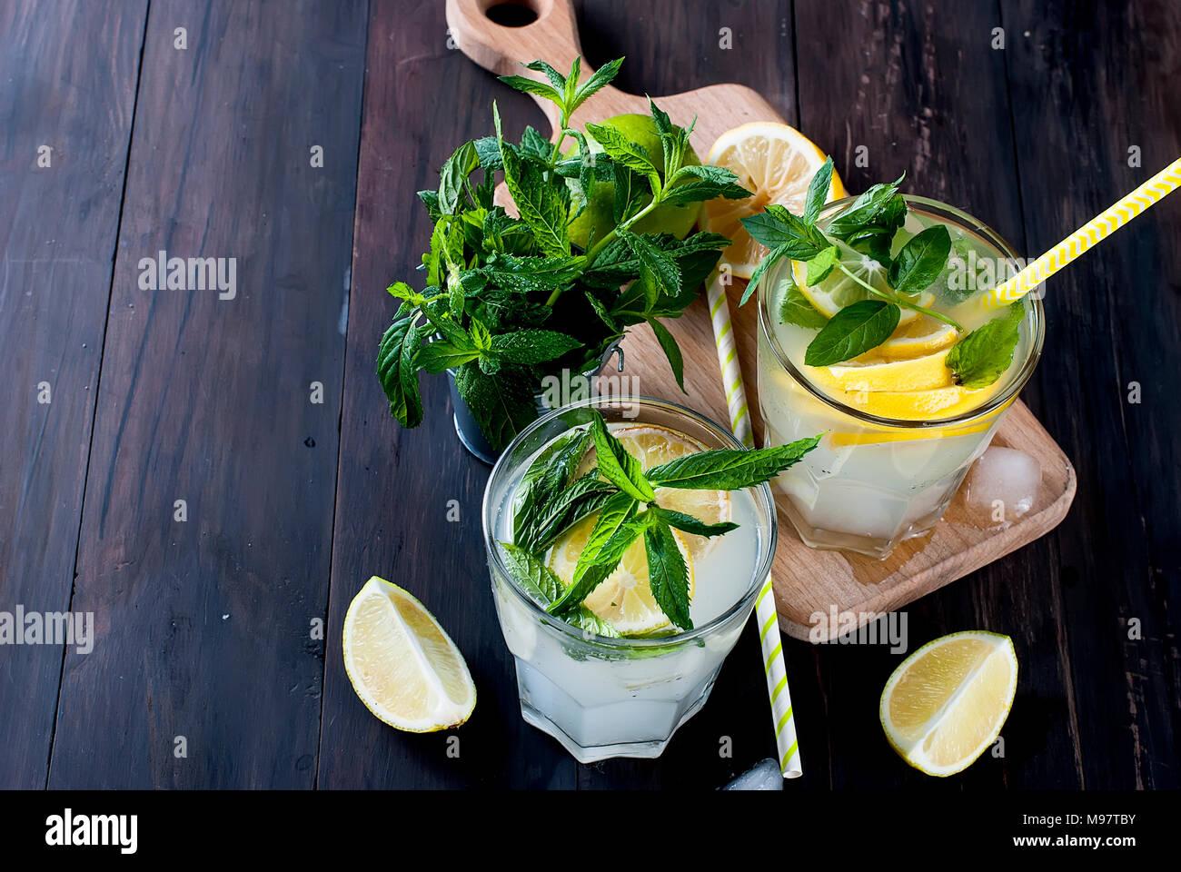 Frische hausgemachte Limonade in Glas mit Eis und Minze. Stockbild
