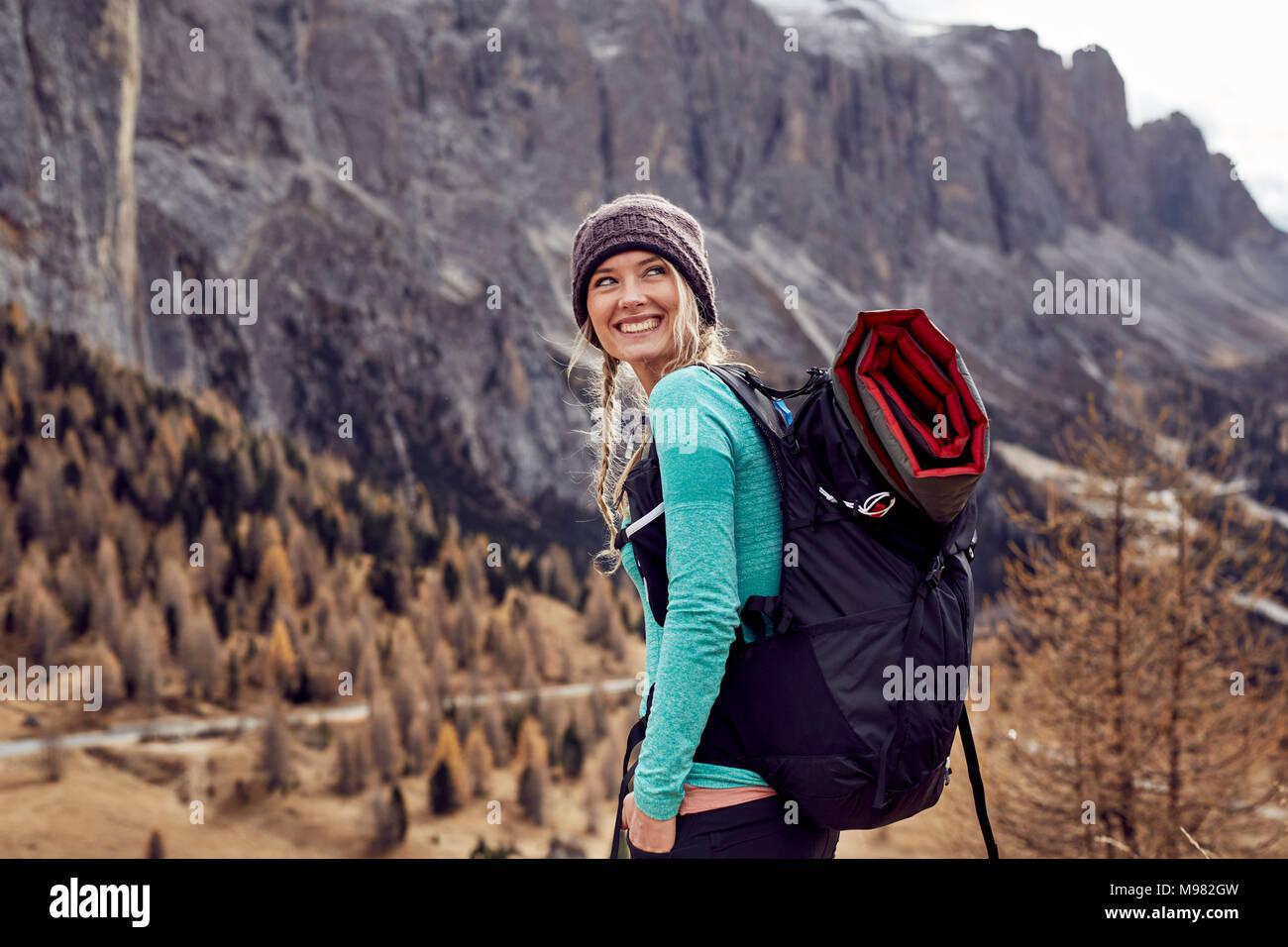 Porträt der glückliche junge Frau Wandern in den Bergen Stockbild