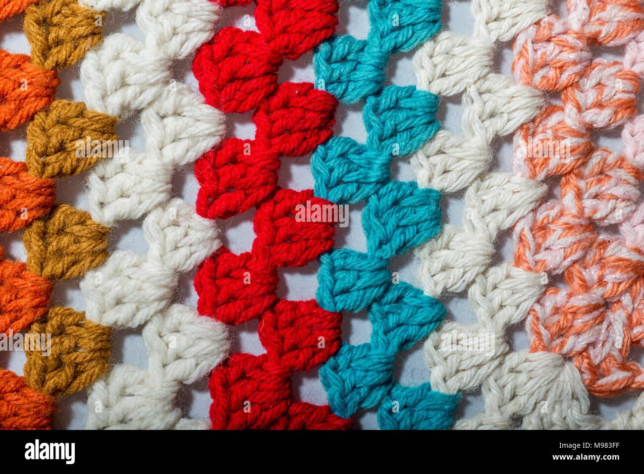 Eine Handgefertigte Häkeln Stoff In Verschiedenen Farben Stockfoto
