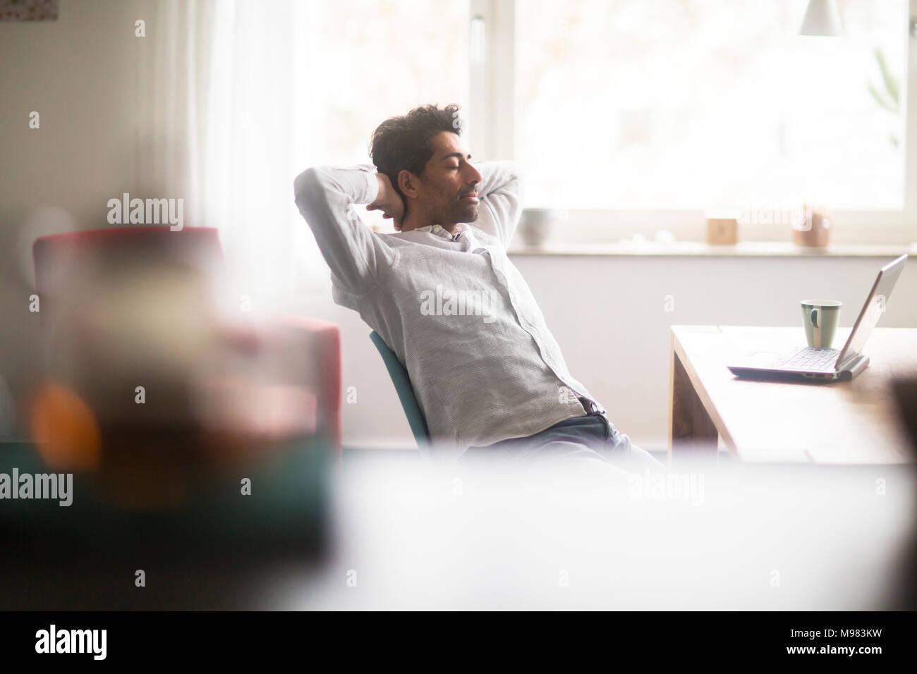 Geschäftsmann Entspannung am Schreibtisch Stockbild