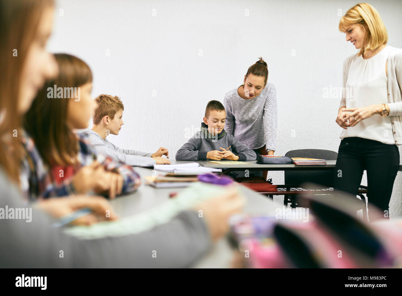 Lehrer mit Schülern im Unterricht Stockbild