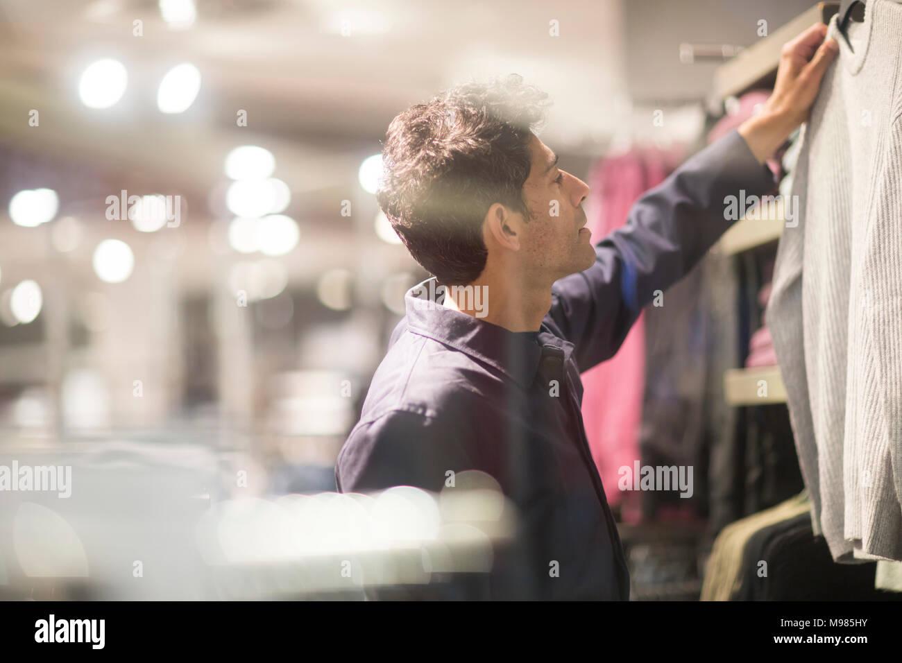 Mann Auswahl Kleidung im Shop Stockbild
