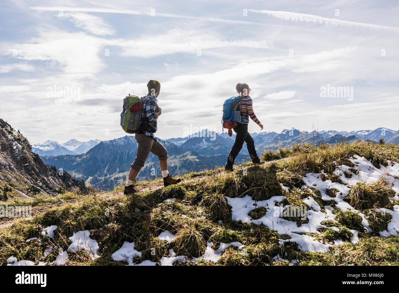 Österreich, Tirol, junges Paar Wandern in den Bergen Stockbild