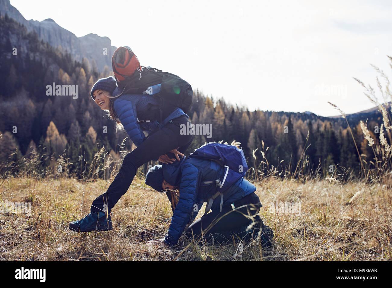 Zwei verspielte junge Frauen wandern in den Bergen Stockbild