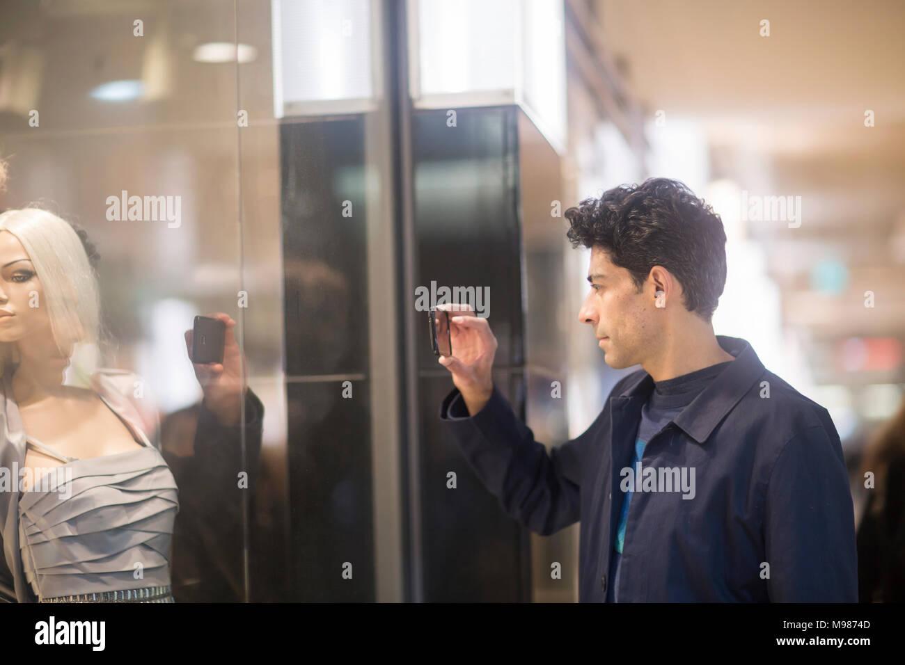 Mann, Foto, Schaufensterpuppe mit Handy Stockbild