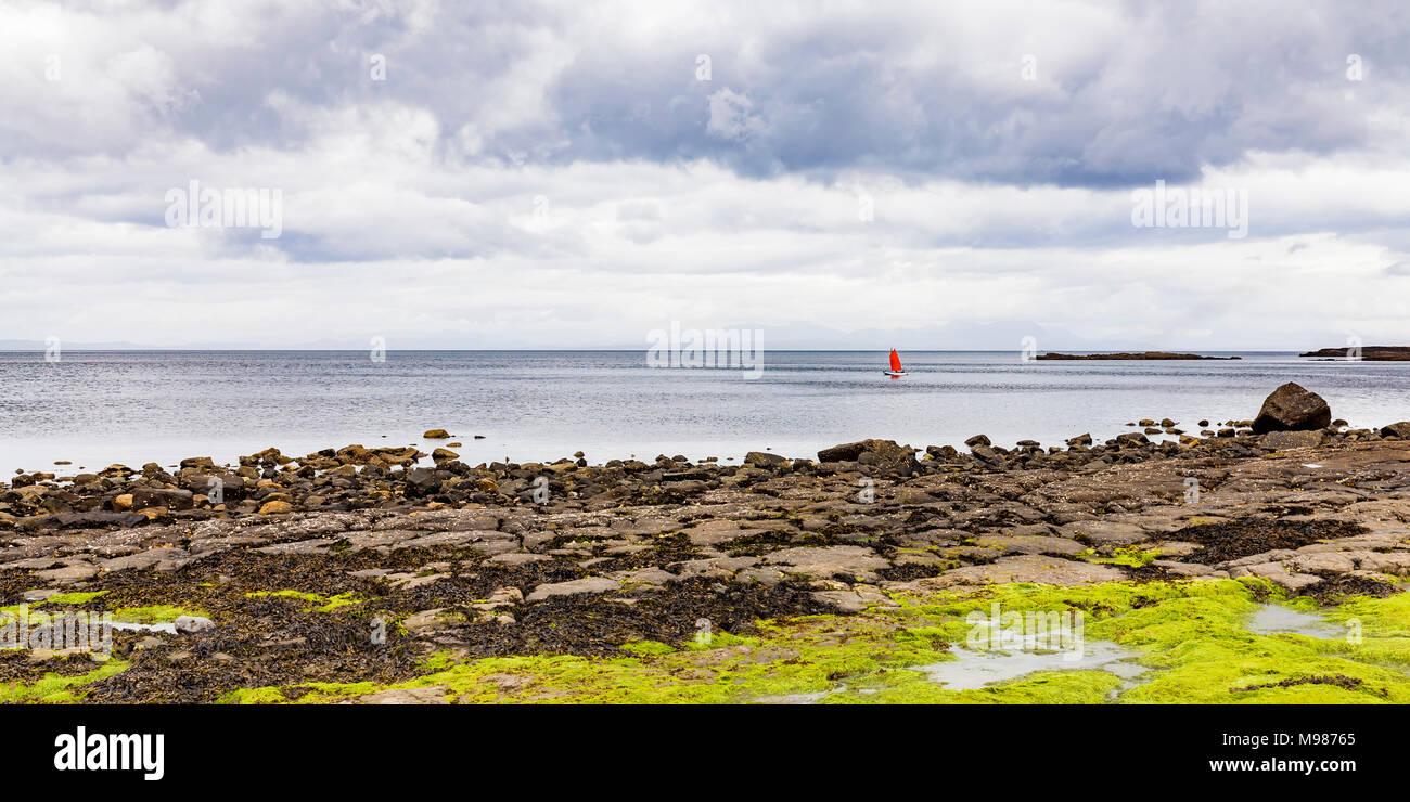 Schottland, Innere Hebriden, Skye, Insel, Insel Skye, Staffin, Staffin Bay, Segelboot, Segeljolle, Bootsklasse Optimist, Segeln, Wassersport Stockbild