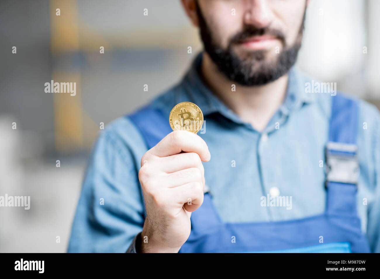 Erbauer mit cryptocoin Stockbild