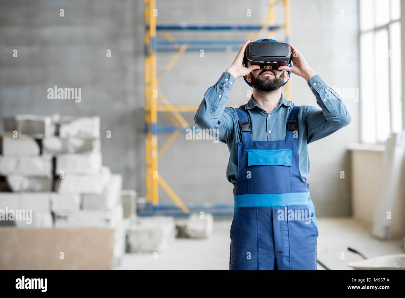 Builder arbeiten mit VR-Brille Stockbild