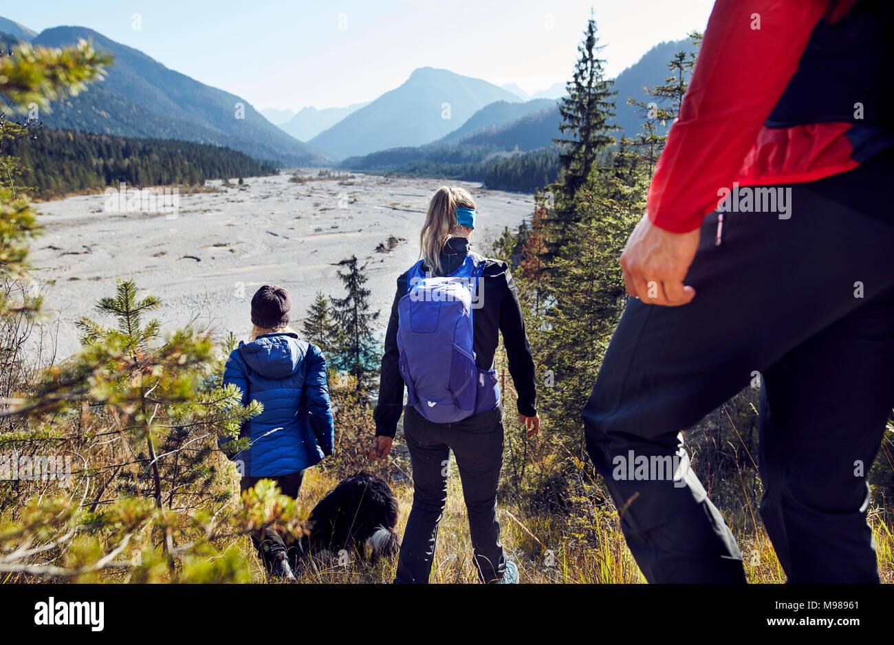 Deutschland, Bayern, Karwendel, Gruppe von Freunden Wandern in den Bergen Stockbild