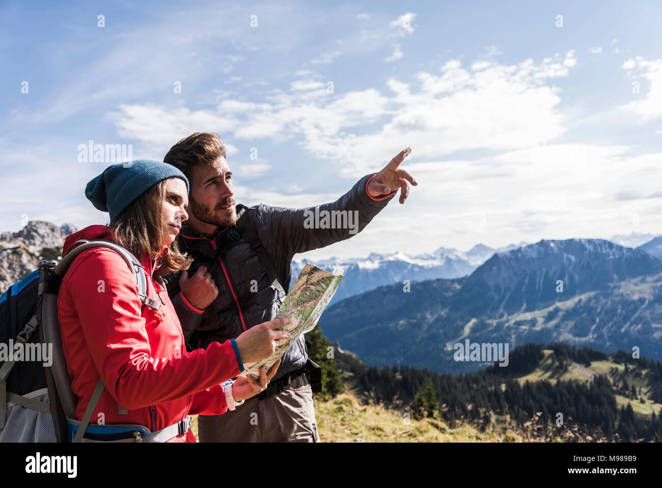 Österreich, Tirol, junges Paar mit Karte in der Bergwelt rund um suchen Stockbild