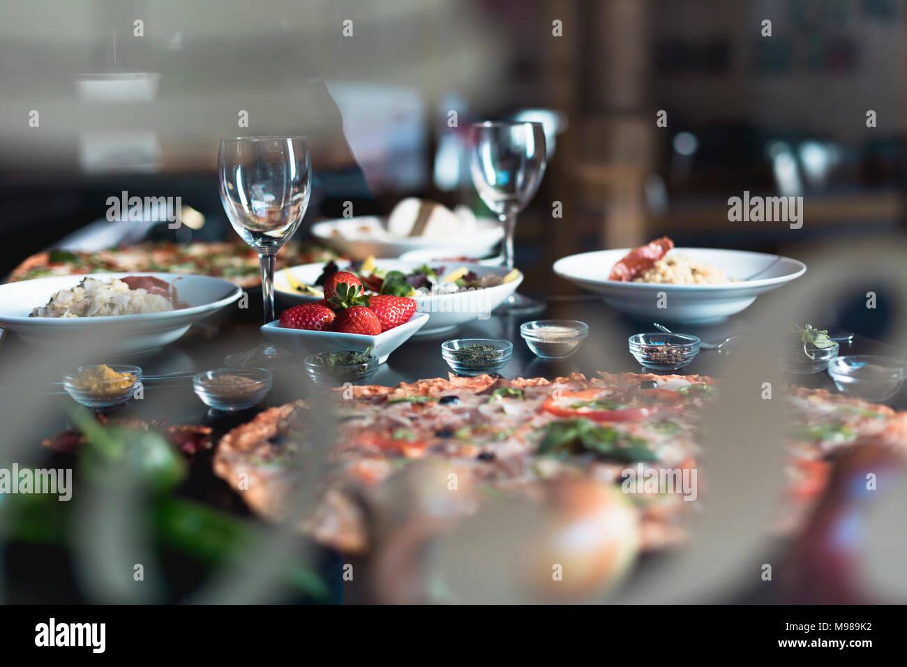 Italienische Küche, Pizza, Salate und Snacks. Stockbild