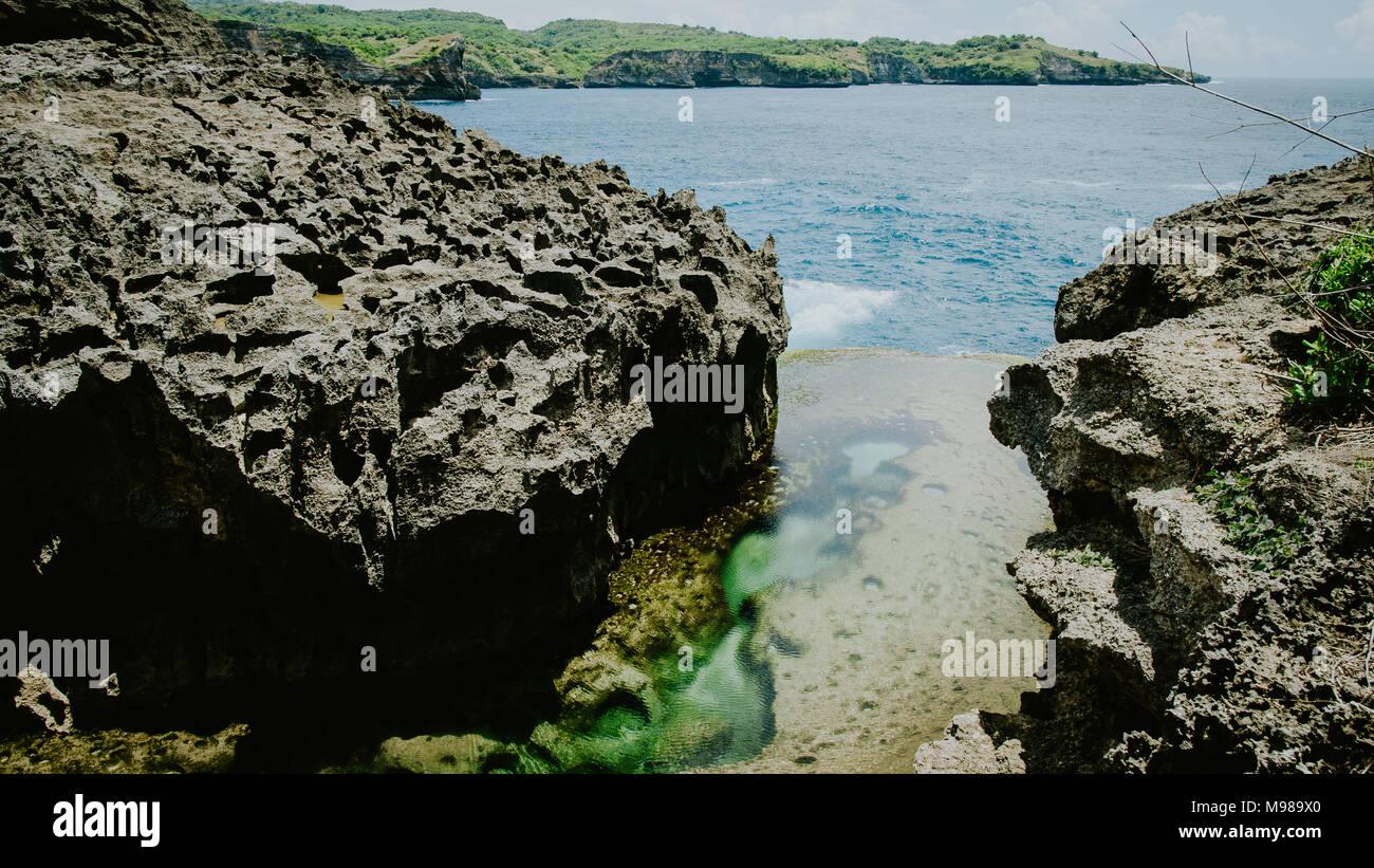 Engel Billabong, schöne Cliff Bildung mit gelben Pool, bizarr, Nusa Penida Bali Indonesien Stockbild