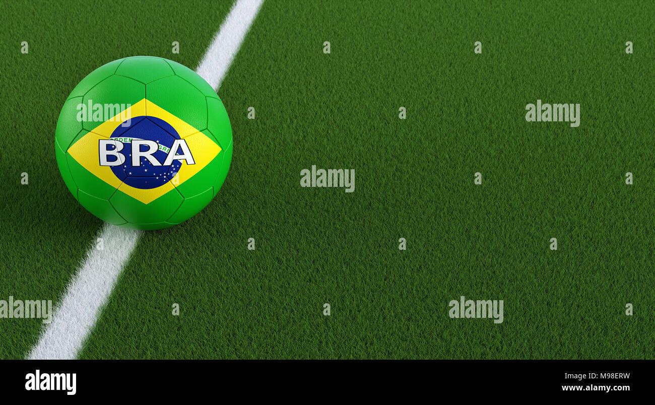 Fußball in brazils nationalen Farben auf einem Fußballfeld. Kopieren ...