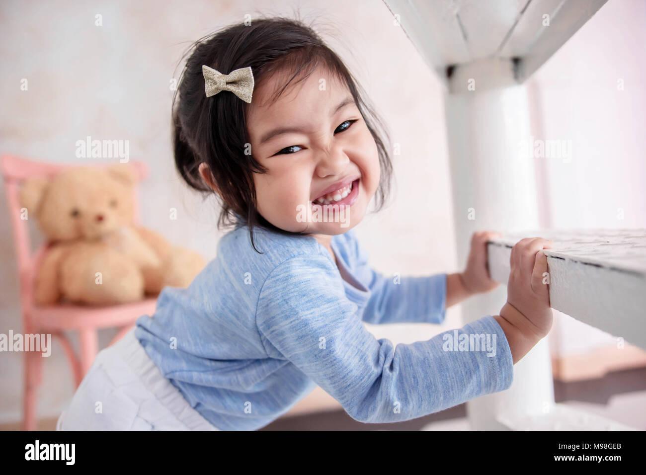 Schöne Kinder Portrait, ein 2 Jahre altes Kind lächelnd und mit ...