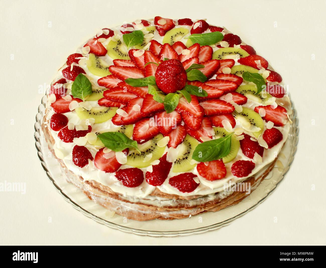 Kuchen Mit Sahne Fullung Bedeckt Mit Erdbeeren Kiwi Und Mintgrun