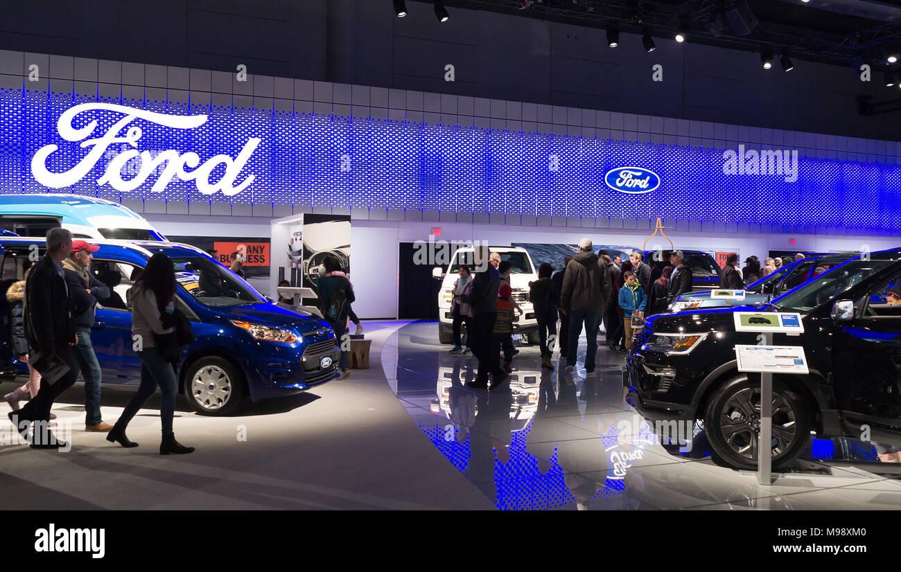 Toronto, Kanada - 2018-02-19: Besucher von 2018 Canadian International AutoShow auf Ford Motor Company Exposition Stockbild
