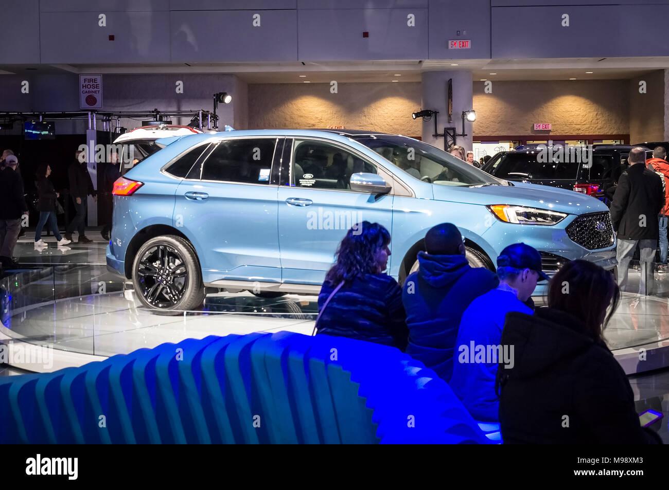 Toronto, Kanada - 2018-02-19: Besucher von 2018 Canadian International AutoShow in Ruhe neben dem Ford New Edge ST2019 SUV auf der Ford Motor Company Exposition Stockbild