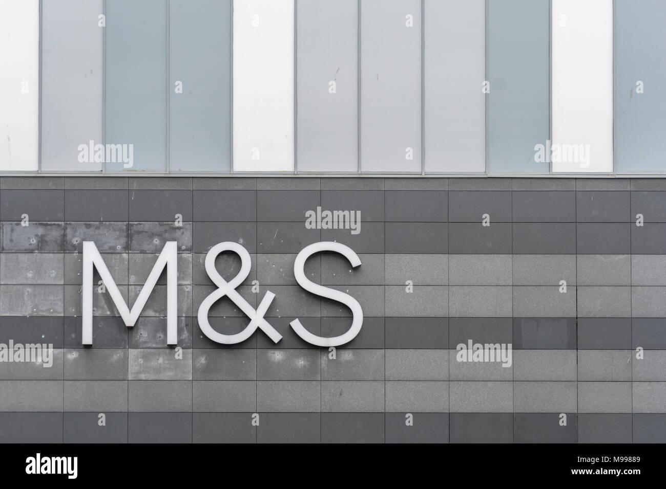 Marks und Spencer/M&S Logo bei Drake Center Mall, Plymouth. Mögliche Metapher für M&S Schließungen 2018, Gewinnwarnung, Gewinne stürzen, Arbeitsplatzabbau. Stockbild