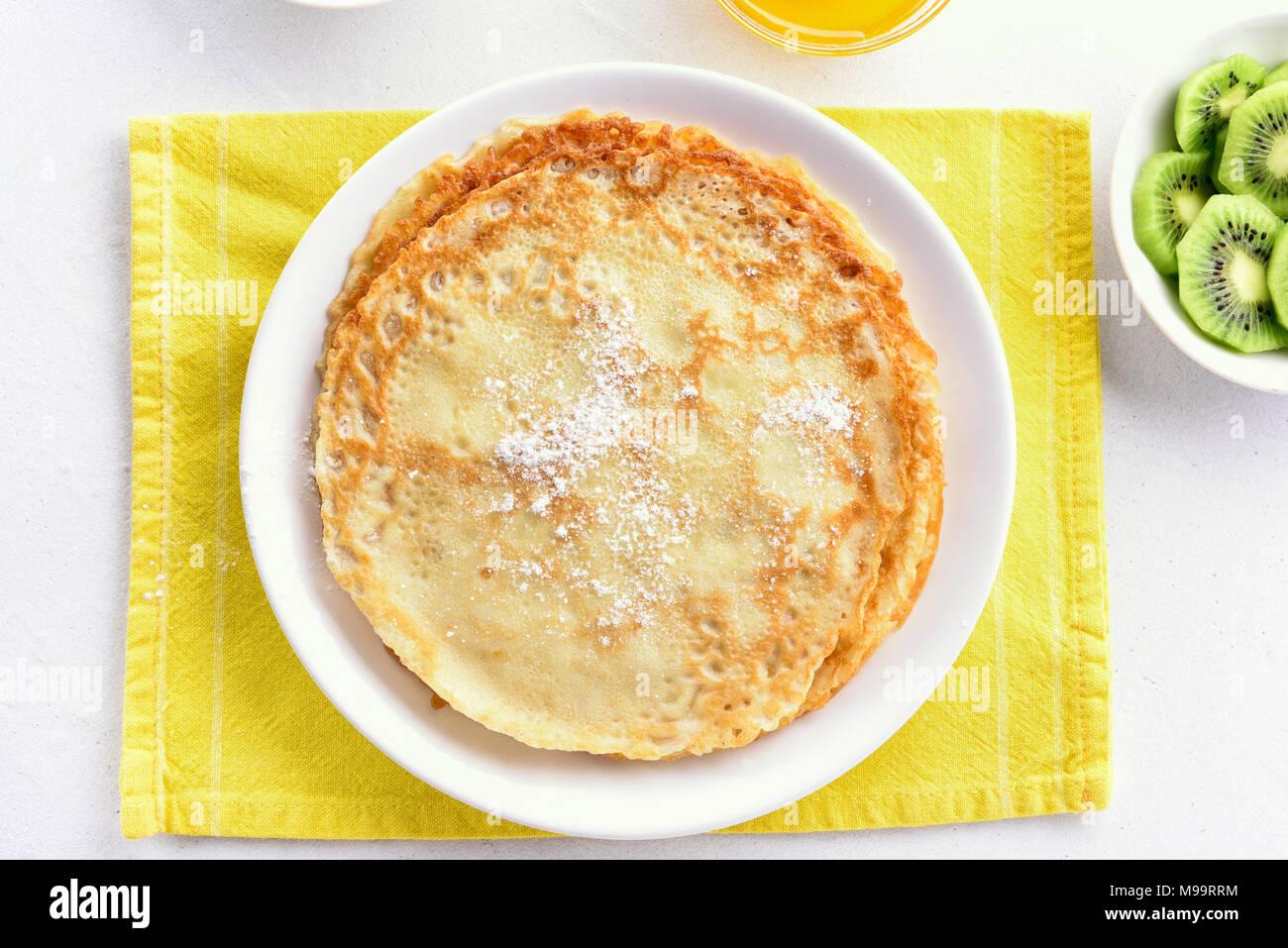 Crepes, dünne Pfannkuchen. Ansicht von oben, flach Stockbild