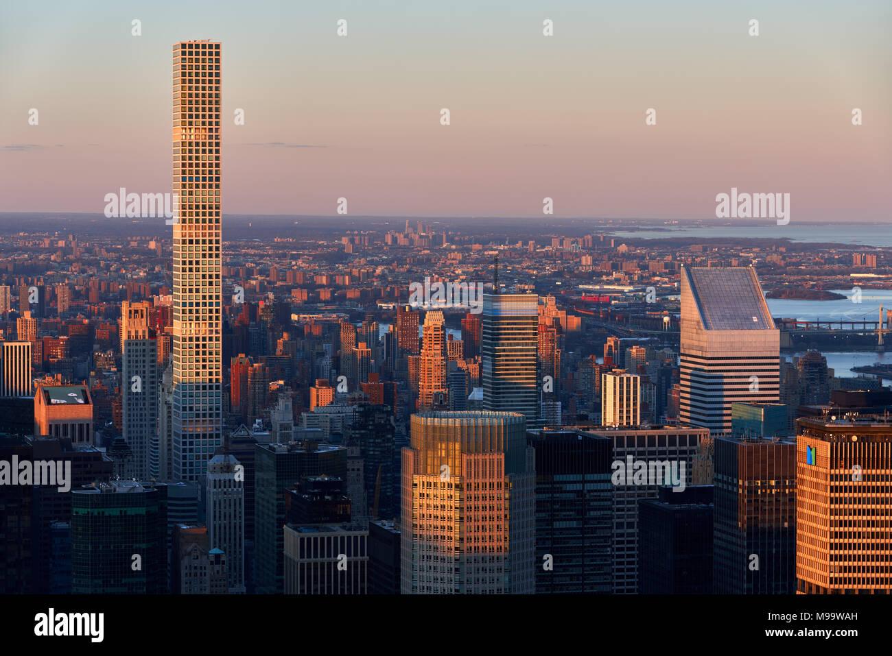 Antenne Sonnenuntergang Blick auf die Wolkenkratzer von Manhattan und 432 Park Avenue luxuriöse Gebäude (höchste Wohnhaus in USA, April 2018) Stockbild
