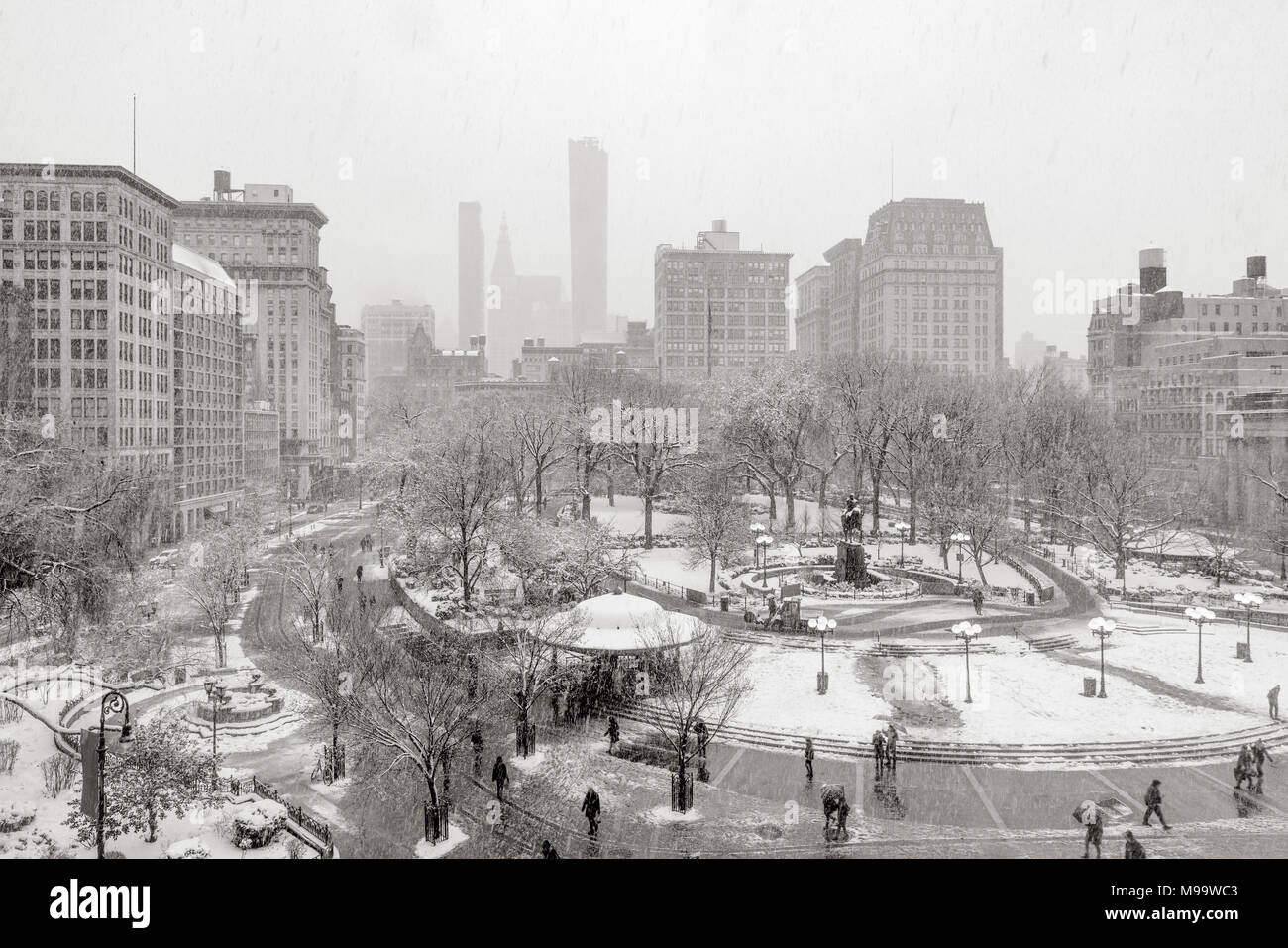 Union Square Park im Winter unter Schnee (Schwarz und Weiß). Manhattan, New York City Stockbild