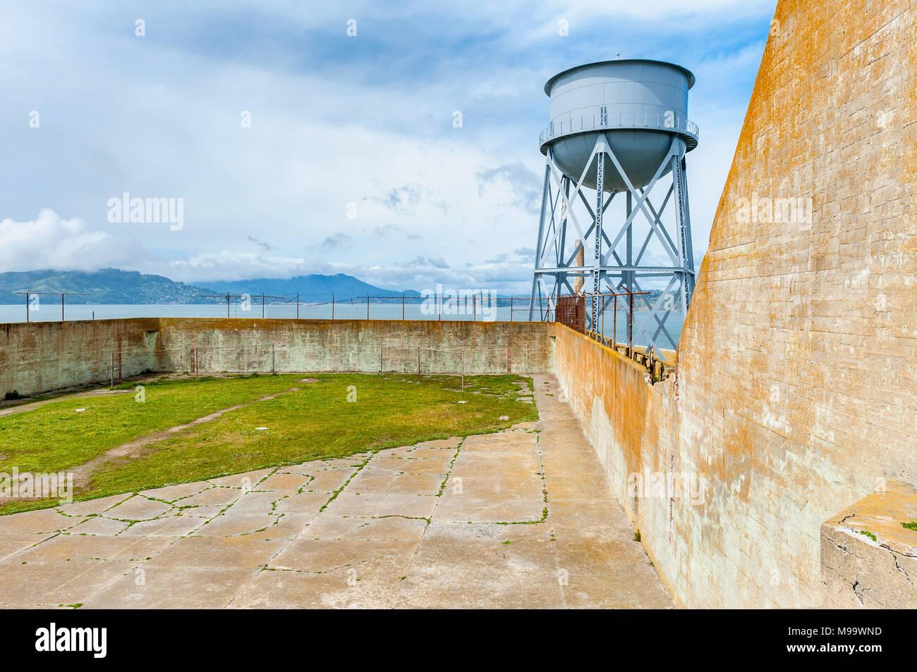 Übung Hof auf Alcatraz Island, San Francisco, USA. Alcatraz war ein bundesgefängnis von 1934 bis 1963 und ist heute ein Museum. Stockbild