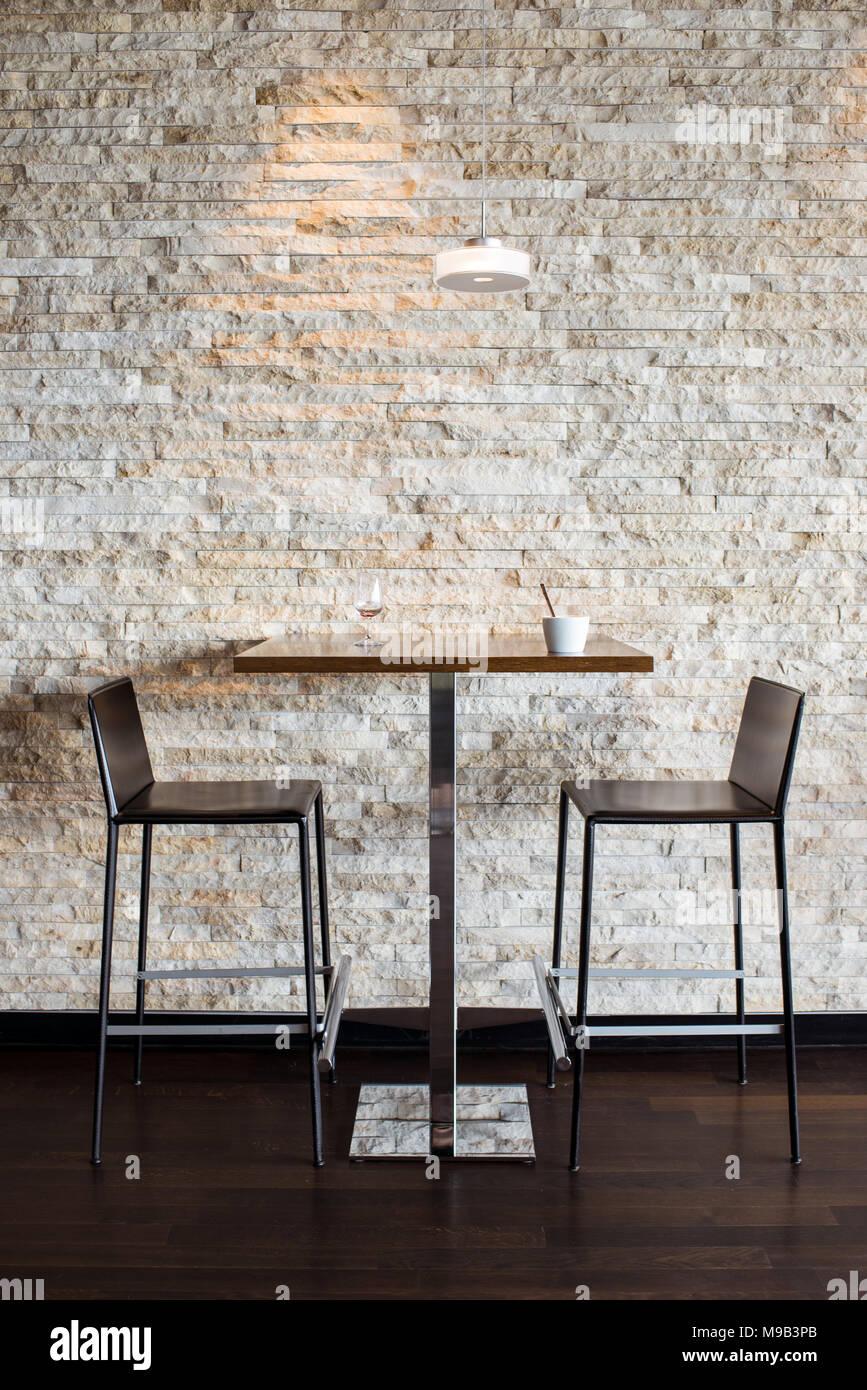 Bar Tisch Und Zwei Hohen Hocker Stuhle Modernes Design Stockfoto