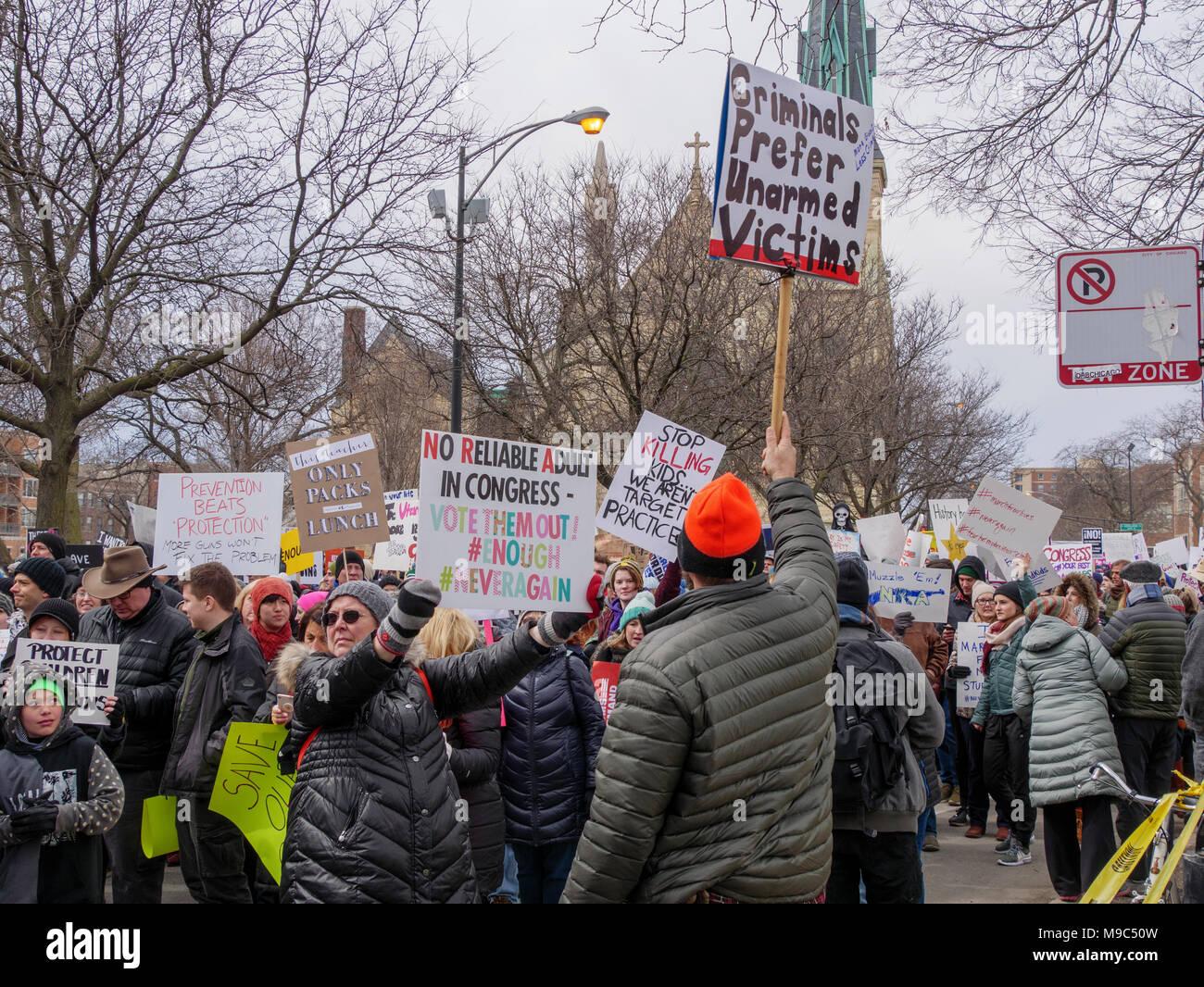 Chicago, Illinois, USA. 24. März 2018. Gun Verordnung befürwortet konfrontieren einen pro-gun Zähler Demonstrant auf der heutigen März für unser Leben Protest in diesem mittleren Westen der Stadt. Tausende von gun Verordnung Demonstranten marschierten in Unterstützung des erhöhten gun Verordnung in den USA. Stockbild