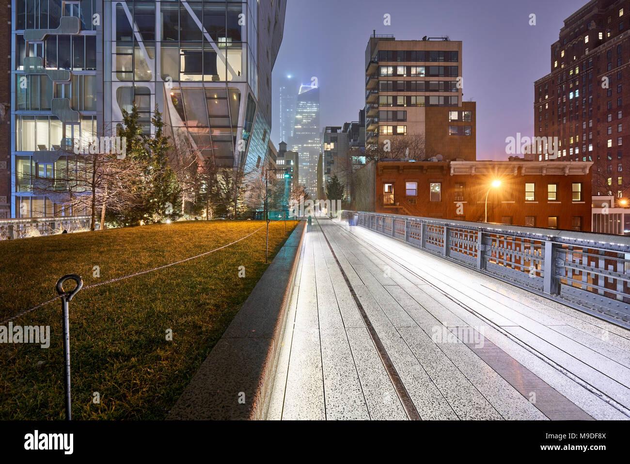 Die Highline in Chelsea in der Nacht an einem regnerischen Tag im Winter. Manhattan, New York City Stockbild