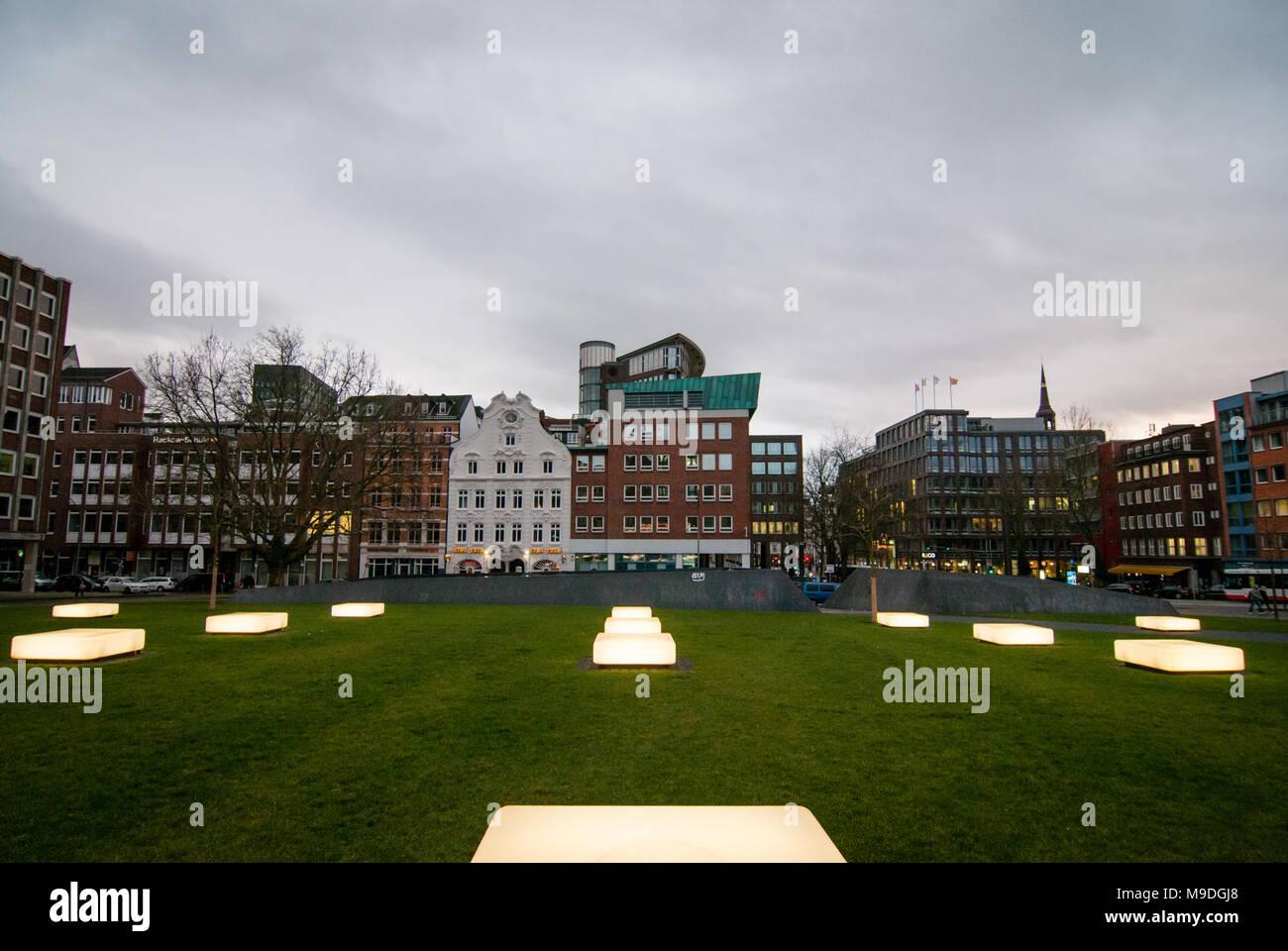 Hamburg, Deutschland - Januar 24, 2014: Blick auf die beleuchteten Bänke von Domplatz im historischen Zentrum von Hamburg am Abend. Stockbild