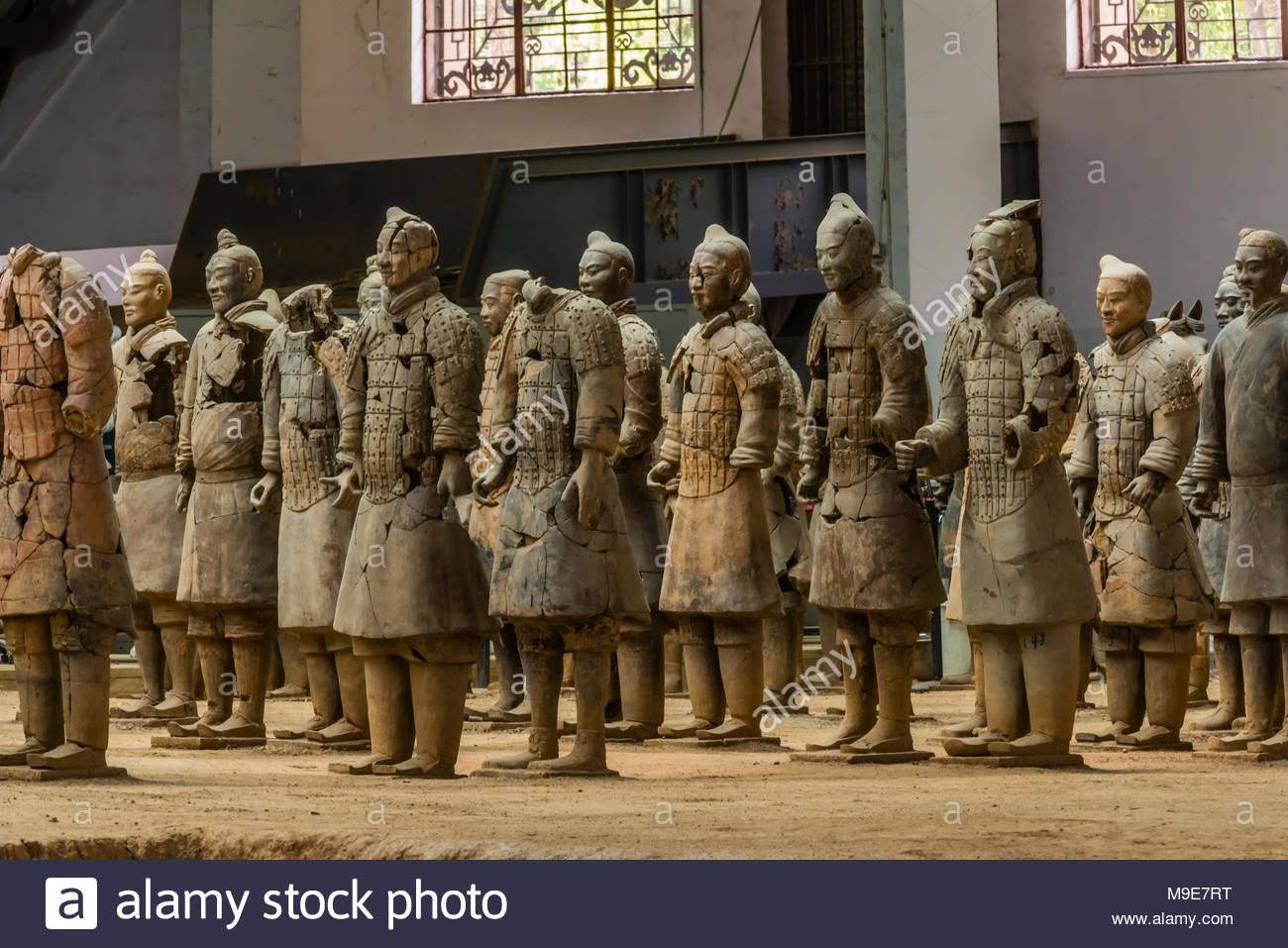 Die Terracotta Armee gefunden wurde weitgehend beschädigt als 1974 entdeckt. Die Krieger wurden sorgfältig zusammengesetzt. Mausoleum des ersten Qi Stockbild