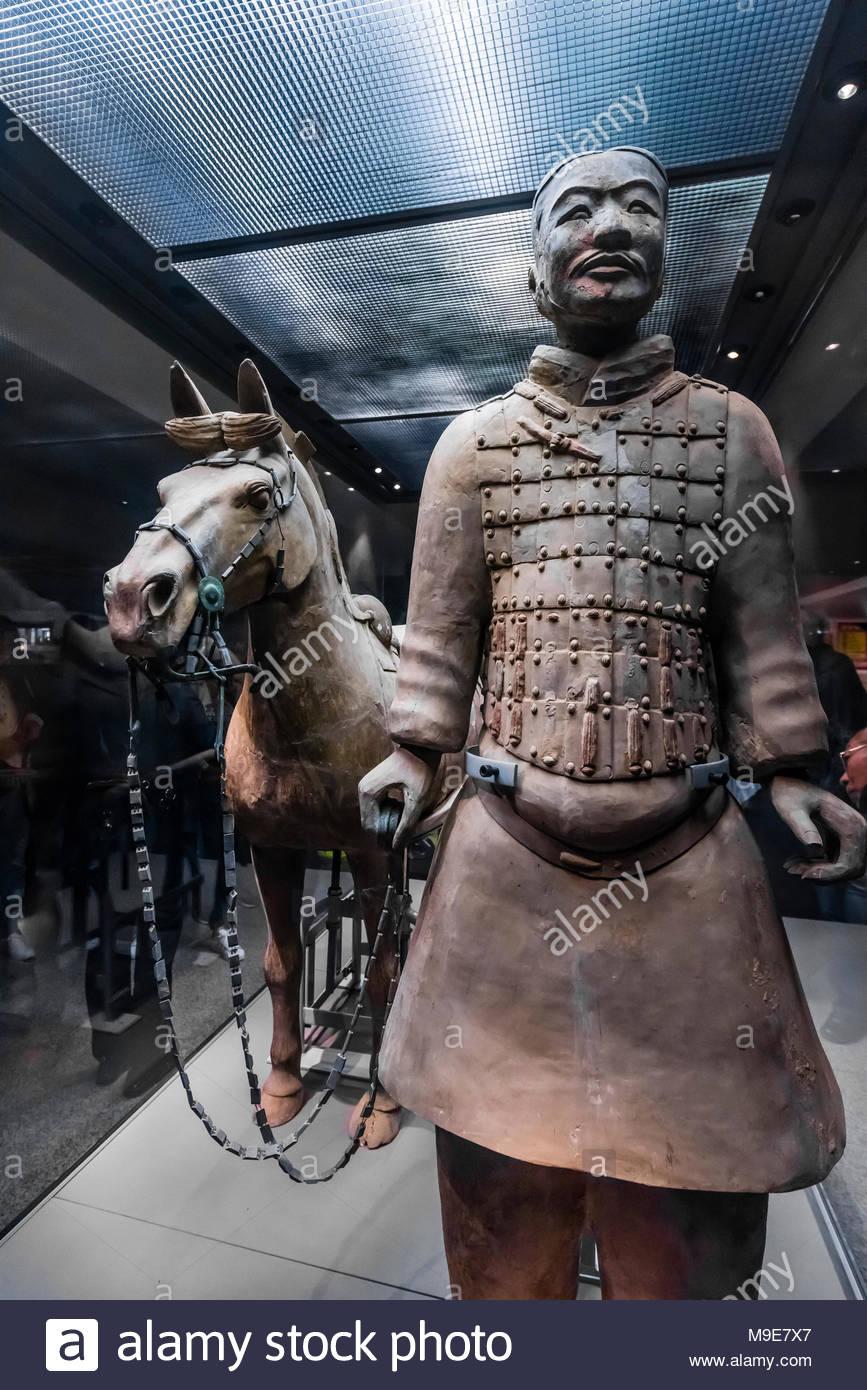 Ein Kavallerist und seine gesattelt Krieg - Pferd der Terrakotta Armee. 116 ähnliche Kavalleristen mit ihren Pferden wurden in Grube 2 gefunden. Mausoleum des ersten Qi Stockbild