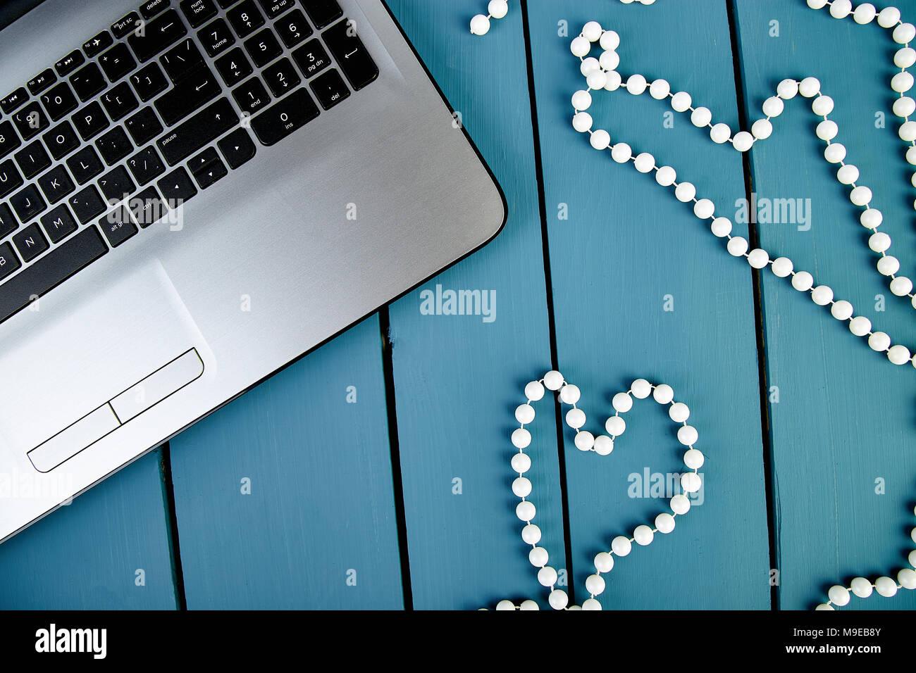 Moderne Frauen Arbeitsplatz mit Notebook oder Laptop. Immer noch leben, Business, Bürobedarf oder Bildung Konzept. Flach. Ansicht von oben. Symbol Herz, liebe. Stockfoto