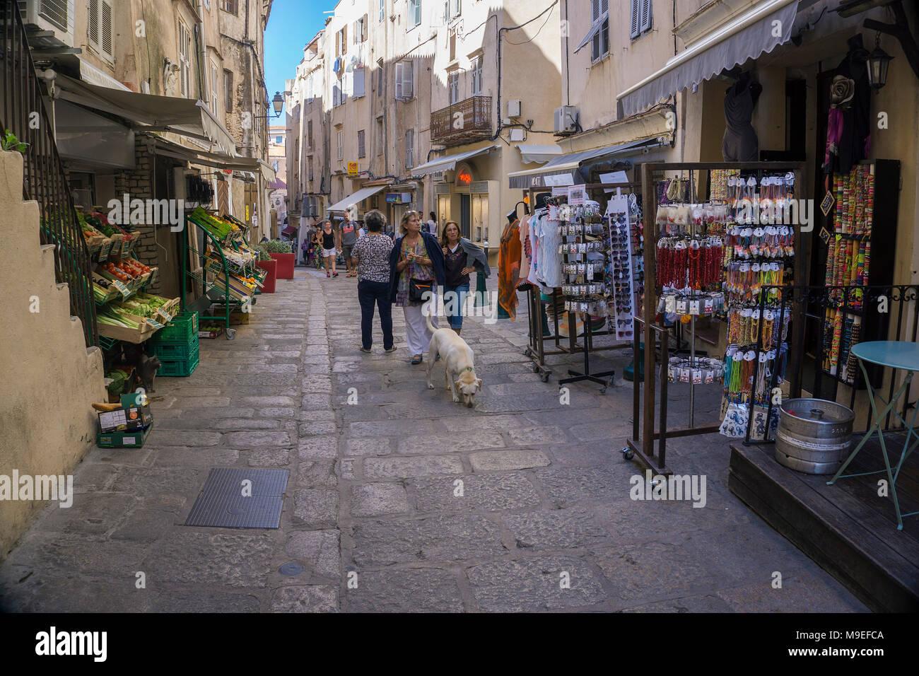 Souvenir Shop und Lebensmittelgeschäfte in der Altstadt von Bonifacio, Korsika, Frankreich, Mittelmeer, Europa Stockbild