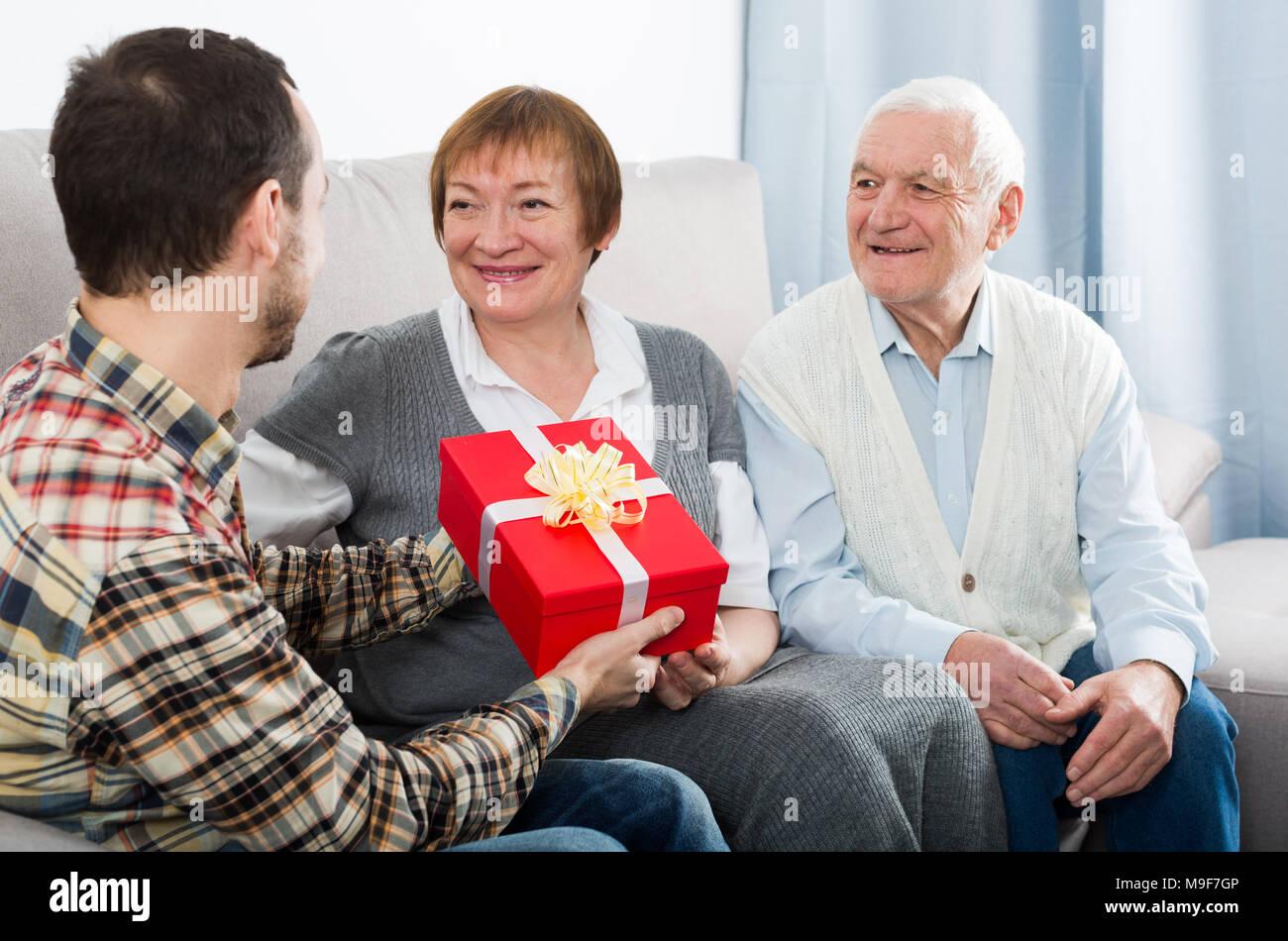 Sohn schenkt Geschenk in der Red Box zu seinen alten Eltern für ...