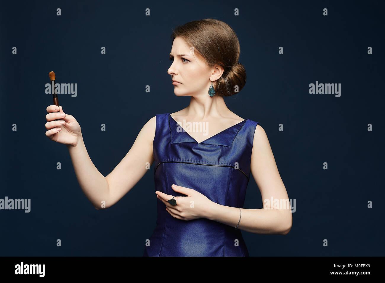Schöne Und Trendige Junge Brünette Frau Im Blauen Kleid Hält Eine