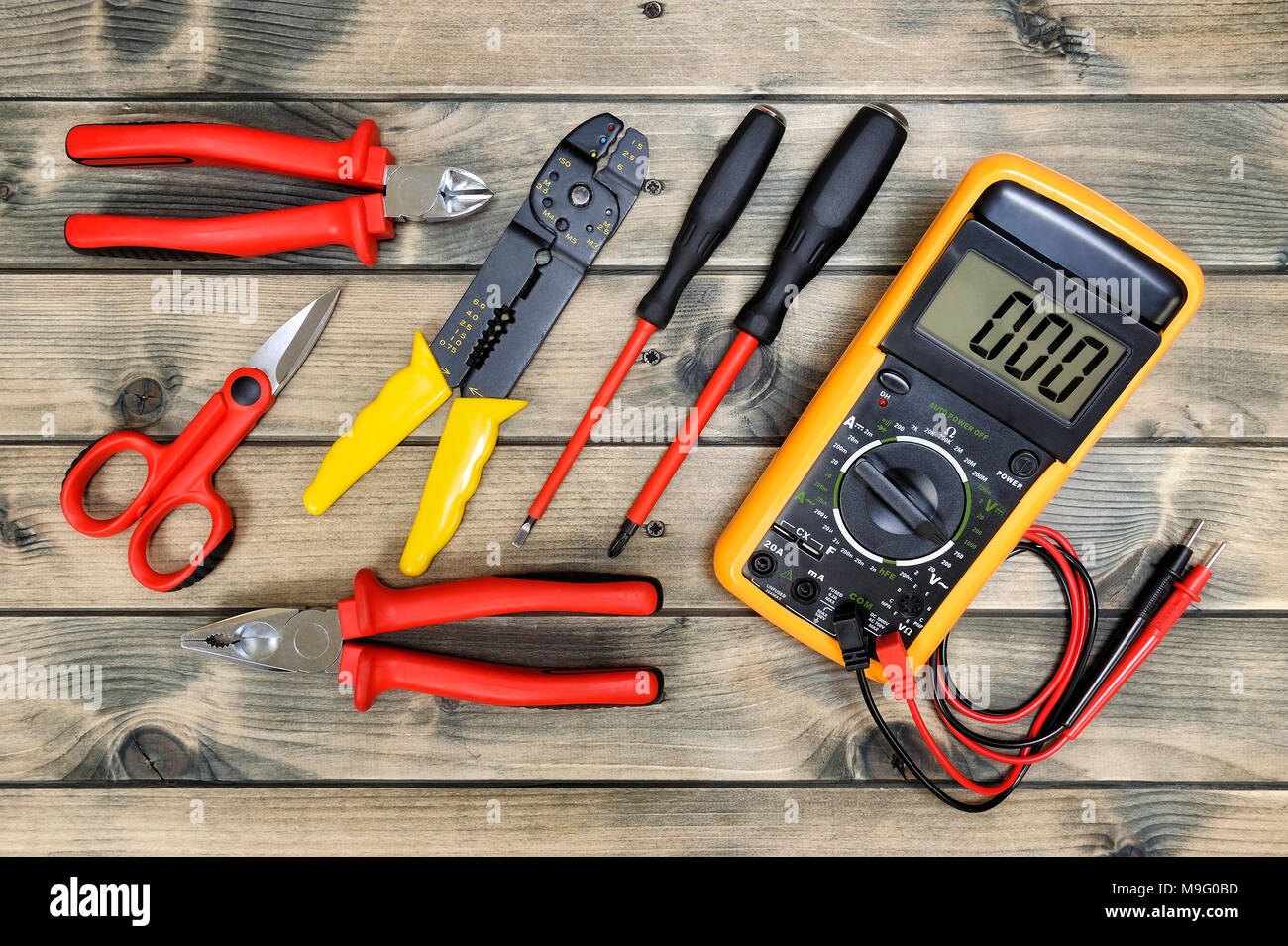 Nahaufnahme von Werkzeugen für Wohn- elektrische Installation auf einen alten Holztisch. Stockbild