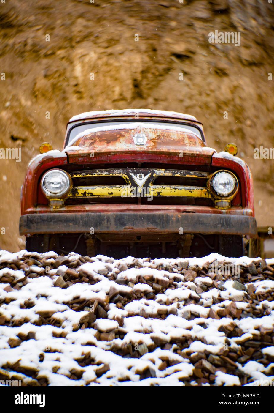Die Front eines alten, rot 1953 Ford F-500 farm Lkw, in einem Steinbruch, östlich von Clark Gabel Idaho. Stockbild