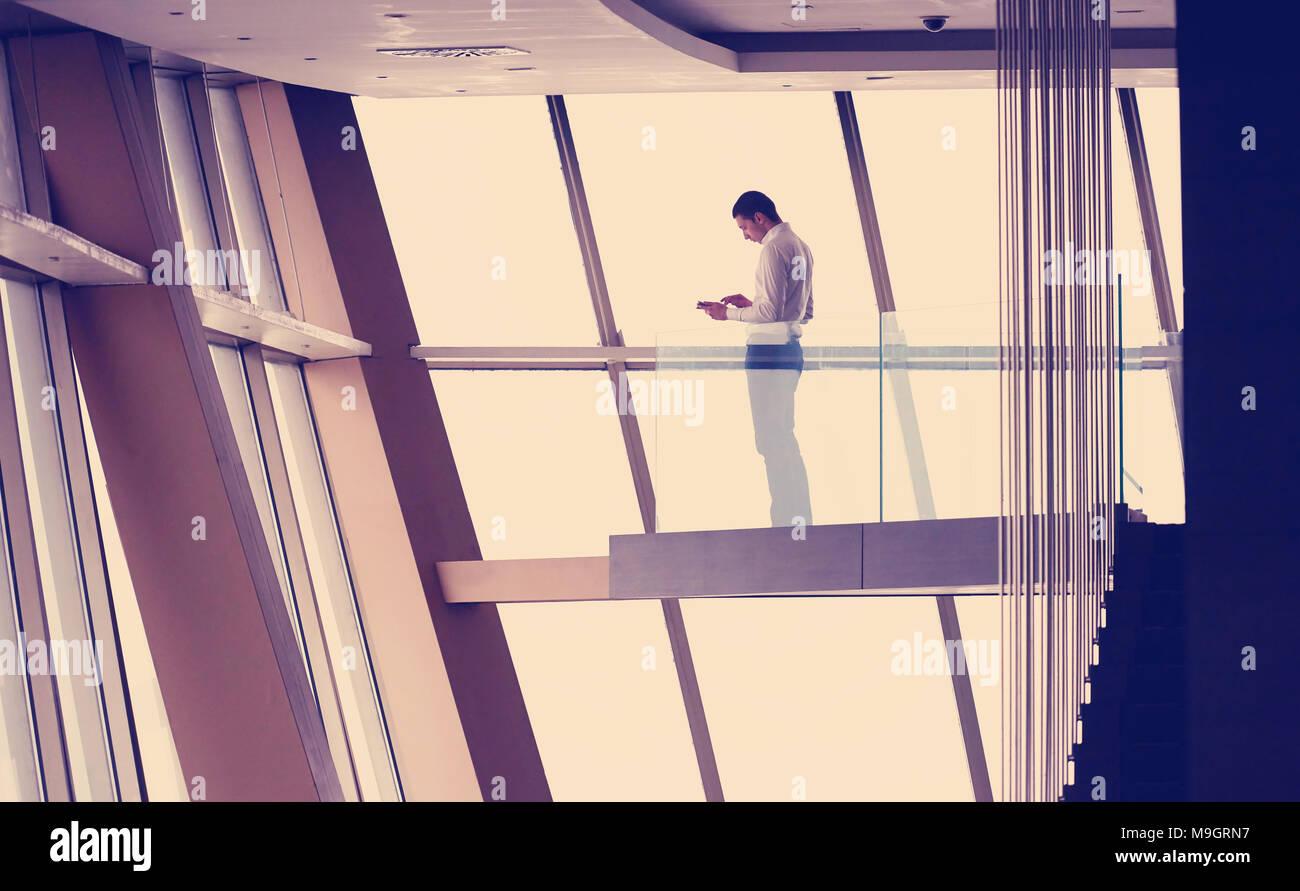 Junge Erfolgreiche Geschäftsmann Im Penthouse Arbeiten An Tbalet, Moderne,  Helle Maisonette Büro Wohnung Interieur Mit Treppe Und Große Fenster .