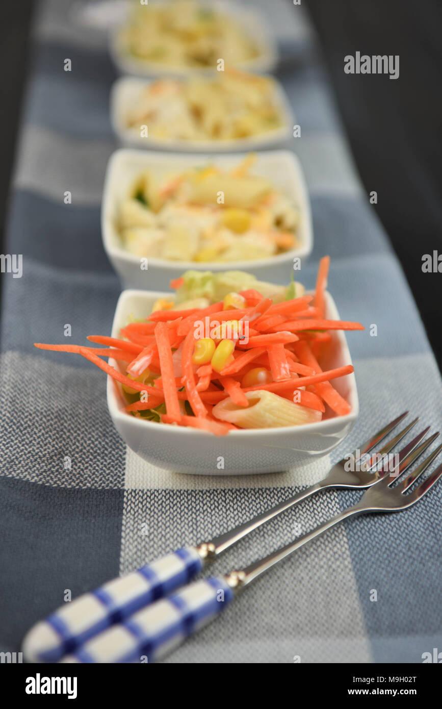 Linie der Pasta Salate im Hochformat Form Stockbild