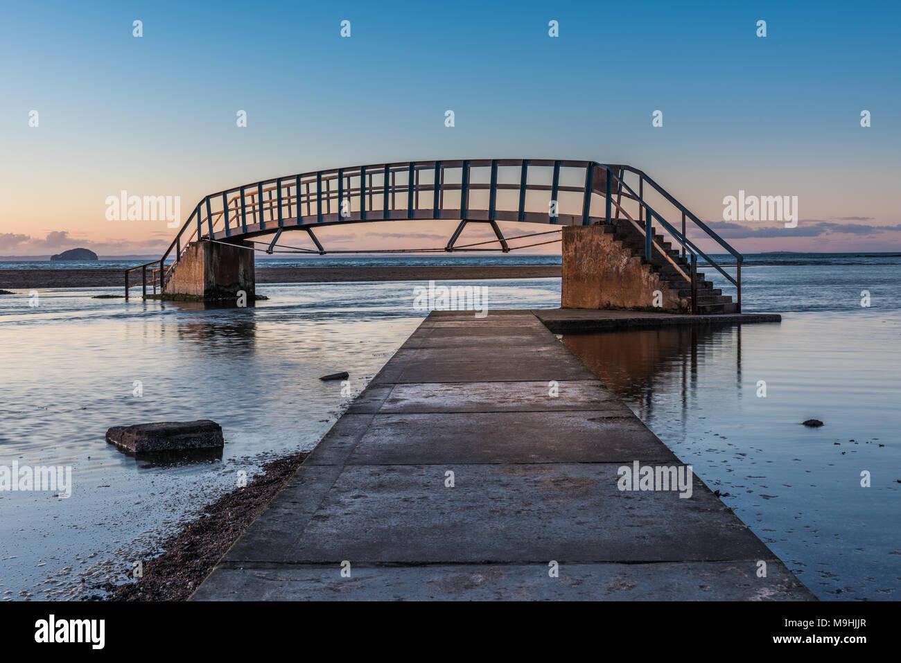 Diese Brücke ist als 'Bridge To Nowhere' und wurde als Teil der ...