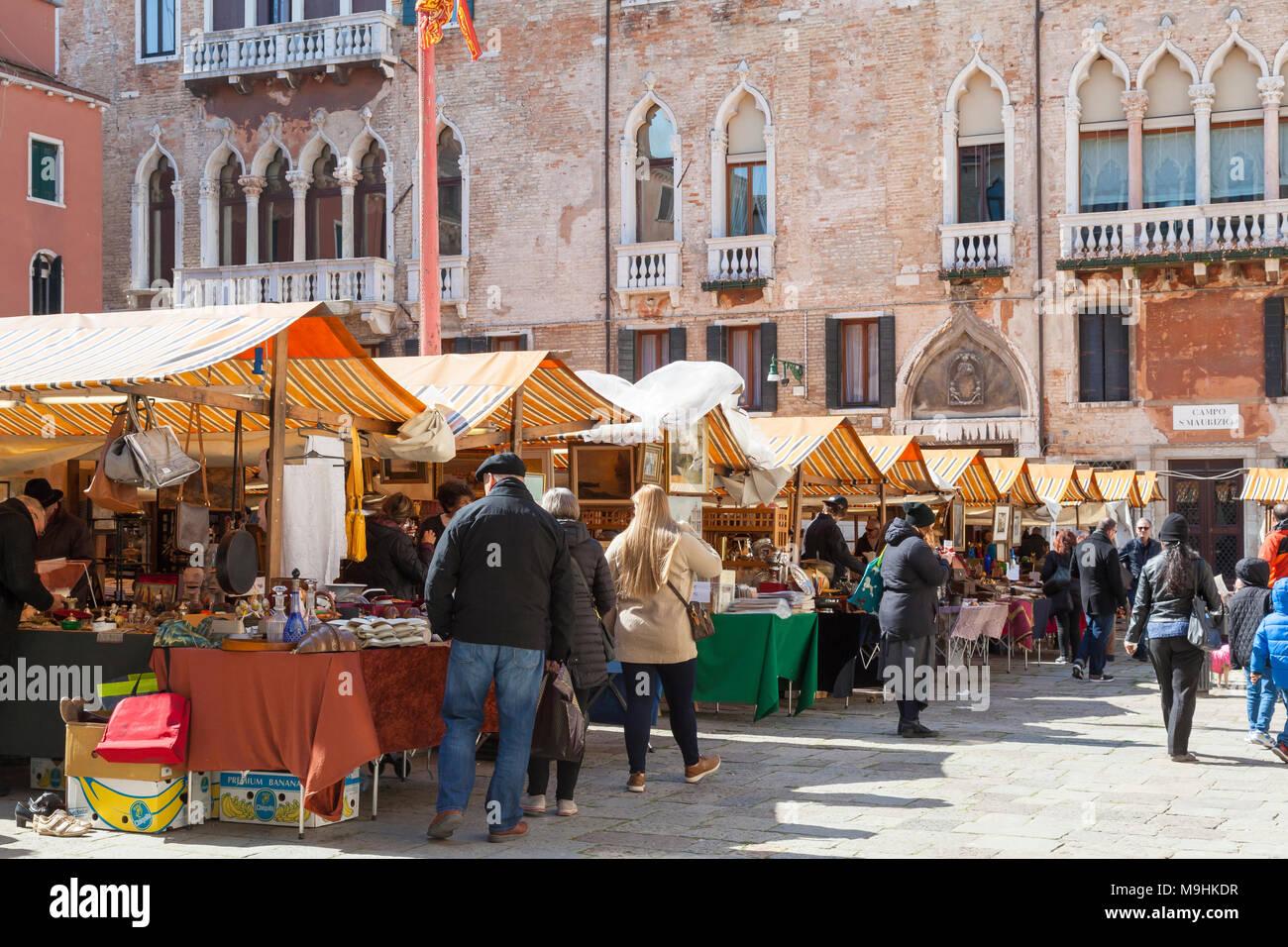 Käufer, die nach COLLECTIBLES an der Antiquitätenmarkt in Campo San Maurizio San Marco, Venedig, Italien, eine dreitägige Veranstaltung fünf Mal im Jahr Stockbild