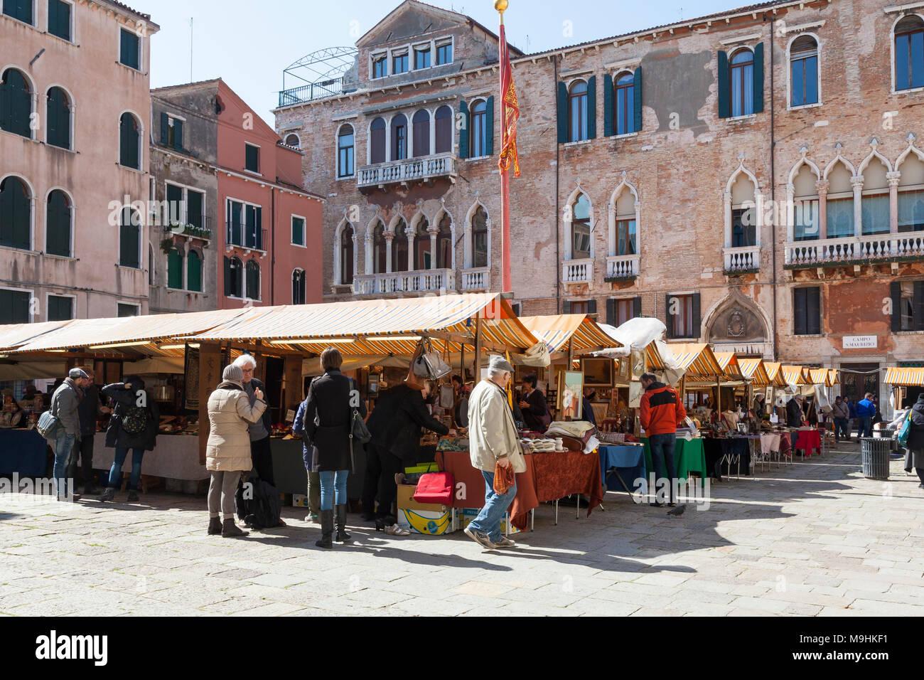 Kunden auf der Suche nach Antiquitäten auf dem Antiquitätenmarkt in Campo San Maurizio San Marco, Venedig, Italien, eine beliebte Veranstaltung statt fünf Mal im Jahr Stockbild