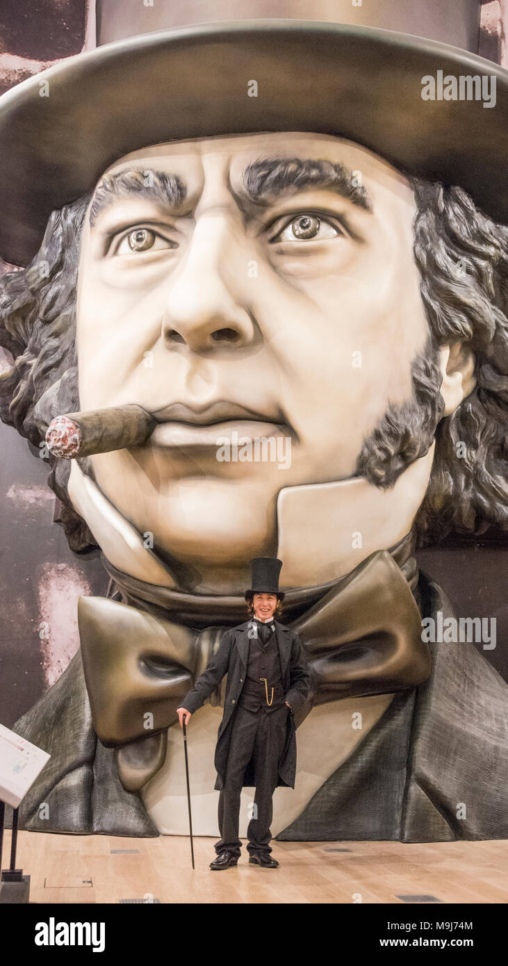 Ein Schauspieler, der sich als Brunel steht vor einem riesigen 3D-Darstellung des großen Mannes im neu eröffneten, Brunel Museum, Bristol Stockbild