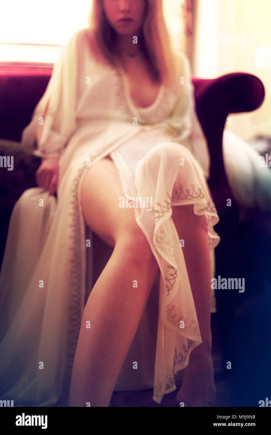 Frau sitzt in einem Raum Stockfoto